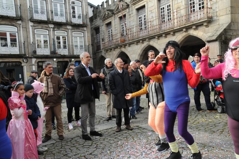 Seniores e crianças espalharam espírito carnavalesco pelas ruas de Guimarães